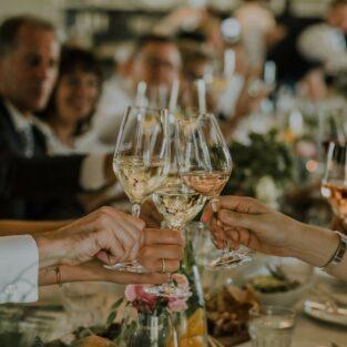 Proosten met bruiloftsgasten aan dinertafel Welgelegen Groenlo