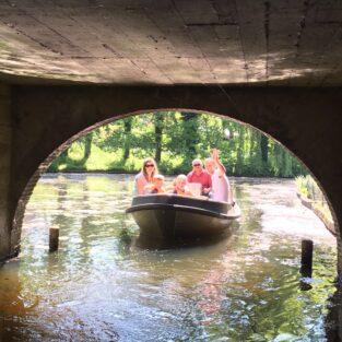 Onder de brug varen Welgelegen Groenlo