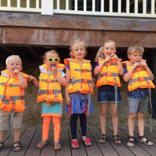 Kinderen met zwemvest op aanlegsteiger boothuis Welgelegen Groenlo
