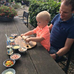 Kind met papa pizza versieren tuin Welgelegen Groenlo