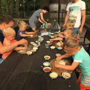 Kinderen pizza versieren tuin Welgelegen Groenlo