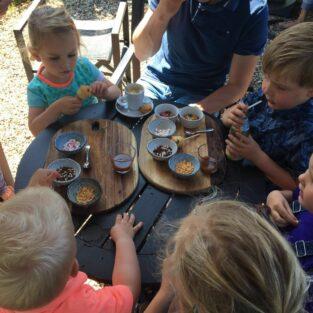 Kinderen cakejes versieren tuin Welgelegen Groenlo