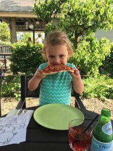Kinderen pizza eten tuin Welgelegen Groenlo
