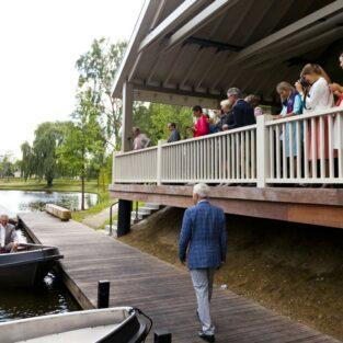Aankomst bruidspaar in bootje Welgelegen Groenlo