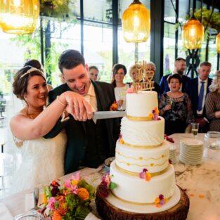 Bruidstaart aansnijden wijnbar Welgelegen Groenlo