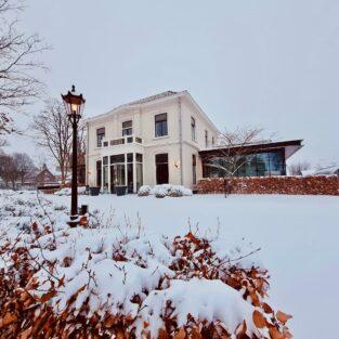 Voorkant pand Welgelegen Groenlo in de sneeuw