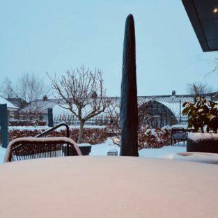 Terras, veranda en tuin Welgelegen Groenlo in de sneeuw